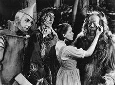 Dez curiosidades de um dos maiores clássicos do cinema, O Mágico de Oz, que hoje completa 75 anos. www.topmagazine.com.br #topmagazine #wizardofoz #omagicodeoz #cultura #cinema #love #dorothy
