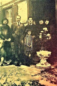 Mustafa Kemal Atatürk İzmir'de eşi Latife Hanım'ın ailesi ile birlikte. (Ankara - 06 Mart 1923) Republic Of Turkey, Turkish Army, The Turk, Dope Art, World Peace, Istanbul, Mona Lisa, History, Artwork