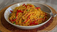 Today I show you how to make quick and tasty curried Singapore rice noodles using no oil and only healthy and delicious ingredients.  This is a perfect dish to make when you are short on time but feel like a hot meal. It is also ideal to make ahead of time and pack into your lunchbox