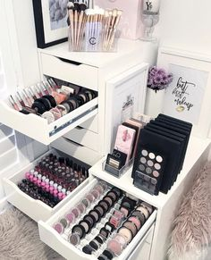 Makeup Room Ideas room DIY (Makeup room decor) Makeup Storage Ideas For Small Space - Tags: makeup room ideas, makeup room decor, makeup room furniture, makeup room design Makeup Desk, Makeup Rooms, Makeup Vanity Tables, Make Up Desk Vanity, Makeup Kit, Cheap Makeup Vanity, Modern Makeup Vanity, Makeup Dresser, Makeup Vanity Lighting