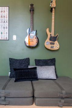 Quarto adolescente, quarto menino. Guitarras na parede, quarto, parede verde, futtons. Quarto decorado, decoração. Reforma apto, sala e quartos filhos adolescentes. Itaim Bibi