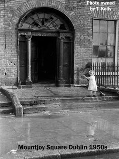 Mountjoy Square 1950's Ireland Pictures, Old Pictures, Old Photos, Dublin Street, Dublin City, Botany Bay, Photo Engraving, Slums, Places Of Interest