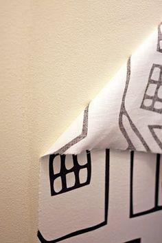 Use um colar de água e amido de milho para fazer papel de parede removível de tecido