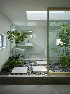 Lovely inner garden. I don't know about the potty being so exposed but really pretty anyways