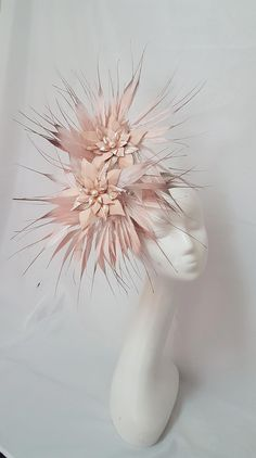 Blush pink and rose gold leather flowers with twisted white, blush and rose gold tipped feathers Race Day Fashion, Fashion Hats, Fashion Sandals, 50 Fashion, Cheap Fashion, Fashion Rings, Fashion Styles, Womens Fashion, Fascinator Diy