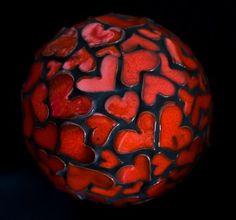 Cette boule en céramique, de 16 cm de diamètre, est composée de petites pièces de faïence modelées et émaillées à la main. Elle aime se poser près de fleurs, dans la natu - 3890183