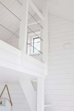 Linjakas kesähuvila Sysmässä White Kitchen Interior, White Kitchens, Loft Railing, Summer Cabins, Modern Barn House, Lake House Plans, Cottage Design, Beach House, Stairs