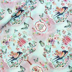 Wunderschöner Baumwollsatin mit einem leichten matten Glanz und einem tollen Prinzessinen-Motiv in einem Blumenmeer, das Mädchenherzen höher schlagen lässt.