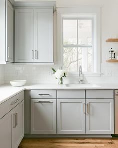 Grey kitchen colors are versatile, trendy and easy to style. If you're looking for stunning kitchen inspiration in grey, here are 21 amazing grey kitchen looks to copy. Kitchen 21 Creative Grey Kitchen Cabinet Ideas for Your Kitchen Grey Kitchen Cabinets, Kitchen Cabinet Design, Kitchen Countertops, Kitchen Backsplash, Backsplash Ideas, Kitchen Cabinet Refacing, White Cabinet Kitchen, Kitchen Sinks, Oak Cabinets