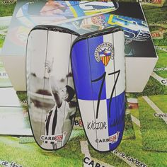 Espinilleras fibra carbono gama FLEX ® 😍📸🎯🔝🌍🏆🛡️⚽🥅 📍 www.carbonplus.es 📧 info@carbonplus.es 📞 688906884 #100x100carbono #espinilleras #espinilleraspersonalizadas #shinpads #shinguards #customshinguards #customshinpads #caneleiras #protegetibia #parastinchi #parastinchipersonalizzati Surfboard, Carbon Fiber, Surfboards, Surfboard Table