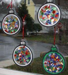 kerstballen maken knippen, plakken in lamineerhoes, scheuren en opvullen, lamineren, knippen, touwtje met naald erdoor: