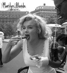 Marilyn..♥ : • #34  ♥ Comiendo un hot dog!   • CURIOSIDADES:  • Su abuela quiso ahorcarla cuando Marilyn tenia 2 años.  • La tumba de Monroe es la más popular del cementerio y recibe constantemente la visita de curiosos y admiradores, que depositan flores y dejan marcas de pintalabios en su lápida. Un guardia afirma que fanaticos quitan pedazos de la lapida como recuerdo.  • Hugh Hefner adquirió en 1992 la cripta ...