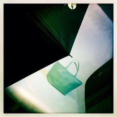Un coin de ciel bleu sous le feu des projecteurs! #maisongaja #lesacquisourit #joiedevivre #colors #fashion #handbag #bag #shooting #shootingday #latergram #photography #backstage