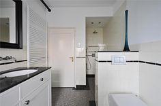 """Op uitstekende locatie in de gewilde woonwijk """"Ginneken"""" gelegen zeer ruime tussenwoning uit een rij van 3. De woning beschikt over 4 woonlagen. Naast een ruime woonkamer-en-suite beschikt de woning over 6 slaapkamers, 2 badkamers en een ruime zolde..."""