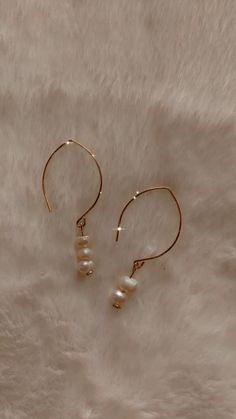 Handmade Jewelry Tutorials, Wire Jewelry Designs, Handmade Jewelry Bracelets, Ear Jewelry, Gold Earrings Designs, Dainty Jewelry, Cute Jewelry, Diy Earrings, Earrings Handmade