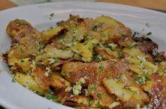 Parmezan, bijeli luk i krompir kuhan pa pečen. Treba li vam reći još nešto? Krompir operite i stavite da se kuhaju. Kada omekšaju ocijed...
