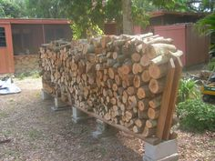 Check out these super easy DIY outdoor firewood racks. You can store your wood clean and dry and it allows you to buy wood in bulk, saving you money. Learn how to build a firewood rack today! Cheap Firewood, Outdoor Firewood Rack, Firewood Holder, Firewood Storage, Stacking Firewood, Stacking Wood, Outdoor Projects, Wood Projects, Landscape Timbers