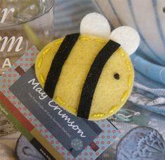 NO SLIP Wool felt hair clip Bee yellow por MayCrimson en Etsy