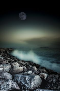 Sea and Moon – Photography by Alessandro Butteri