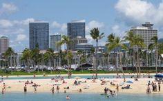 Просмотреть обои пляж, город, песок, пальмы, люди, побережье, отдых