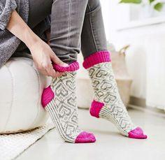 Rakkautta on neuloa sydänsukat, joissa on erityisen kestävät pohjat. Knitting Stitches, Knitting Socks, Hand Knitting, Knitting Patterns, Crochet Socks, Diy Crochet, Warm Socks, Stocking Tights, Fashion Socks