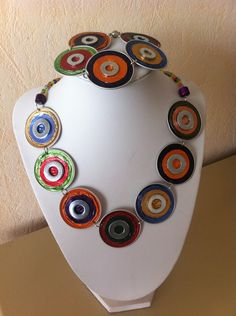 Parure ras de cou et bracelet multicolore en capsules Nespresso recycléees.