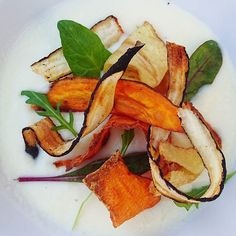 Velouté de panais et ses chips de légumes.... #menubistromique #potage #panais #patatedouce #salsifis #5fruitsetlegumesparjour #vegan #veggie #veg #detox #Food #Foodista #PornFood #Cuisine #Yummy #Cooking