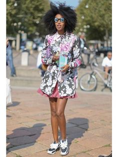 Streetstyle: sneakers | ELLE, flowers, paris, pink, glases