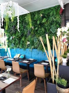 Decoración restaurante mediterraneo con jardin vertical artificial