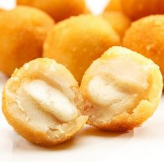 to make homemade cheese curds Party Finger Foods, Finger Food Appetizers, Appetizer Recipes, Snack Recipes, Yummy Recipes, Aperitivos Finger Food, Bolet, Cheese Curds, Food Porn