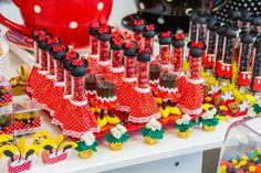 A ratinha Minnie é cobiçada na hora da escolha de temas para festa. Mas a dúvida é: decoração vermelha ou rosa?