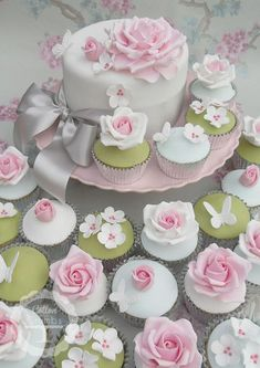 How beautiful would these floral garden cake/cupcakes be for a bridal shower? Al