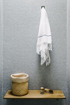 Badkamer met grijze mozaïek tegeltjes