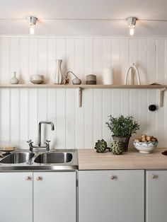 Swedish Cottage, Swedish House, Kitchen Dining, Kitchen Decor, Kitchen Cabinets, Kitchen Ideas, Kitchen Trends, Open Kitchen, Kitchen Shelves