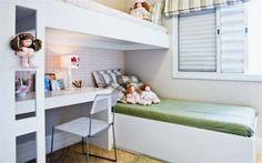 Rosa e verde são os tons que enchem de graça o quarto planejado para duas meninas. Eles tingem cortina e roupa de cama (Serra Decorações, R$ 688,50 cada conjunto) e compõem um delicado xadrez no papel de parede (Kaelio). O segredo para aproveitar o espaço de 3 x 2,40 m está na distribuição dos móveis: em vez do modelo tradicional de beliche, as camas se sobrepõem na perpendicular (Marcenaria Beldan, 3 x R$ 997). Desse modo, acomodou-se uma escrivaninha sob a estrutura elevada, abrindo área…