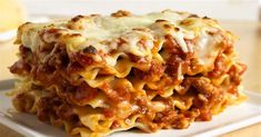 An easy recipe for a homemade lasagna Bolognese, a classic lasagna recipe made in Italy: find out all the ingredients and the step-by-step preparation. Spaghetti Pomodoro Recipe, Secret Sauce Recipe, Italian Lemon Cookies, Classic Lasagna Recipe, Lasagna Bolognese, Homemade Lasagna, Cooking Tomatoes, Pasta Sauce Recipes, Artichoke Recipes