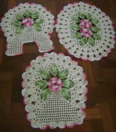 Con rosas tejidas en crochet.