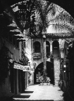 BEVERLY HILLS: This beautiful shopping arcade was located on the 400 block of North Beverly Drive in the Tree Line, Los Angeles County, Vintage Hollywood, Back In The Day, Luxury Real Estate, Southern California, Beverly Hills, 1930s, Vintage Photos
