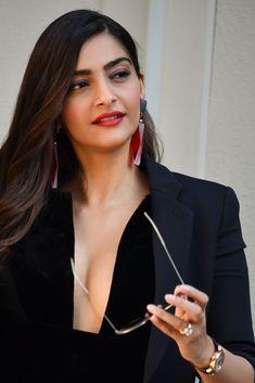 Sonam Kapoor – Giorgio Armani Show at Milan Fashion Week Bollywood Actress Hot Photos, Indian Bollywood Actress, Bollywood Girls, Beautiful Bollywood Actress, Most Beautiful Indian Actress, Bollywood Fashion, Indian Actresses, Bollywood Heroine, Bollywood Bikini