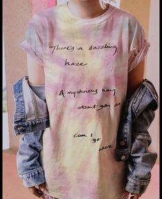 Photos of the Taylor Swift x Stella McCartney fashion collaboration with t-shirts, sweaters, bags and hats launching Aug. Disfraz Taylor Swift, Taylor Swift Costume, Taylor Swift Shirts, Estilo Taylor Swift, Taylor Swift Concert, Taylor Swift Outfits, Taylor Swift Songs, Taylor Swift Style, Taylor Alison Swift