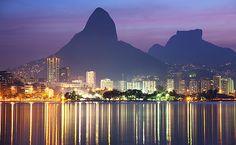 A Lagoa Rodrigo de Freitas é uma das paisagens mais bonitas da cidade. Ela é cercada por badalados bairros cariocas - Lagoa, Ipanema, Leblon, Gávea e Jardim Botânico . Sua orla abriga diversos tipos de programas.