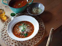 Postup aneb jak jsem postupovala já: Připravíme si všechny ingredience. Oloupeme si a nastrouháme mrkev, odvážíme čočku, oloupeme a pokrájíme najemno cibuli,… Ramen, Yummy Food, Delicious Meals, Soup Recipes, Chili, Baking, Ethnic Recipes, Soups, Smooth