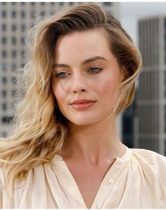 "Margot Robbie attends the ""Once Upon A Time In Hollywood"" Photocall at The Corinthia Hotel in London, England; Blonde Brown Hair Color, Pink Blonde Hair, Grey Hair Dye, Ombre Blond, Blonde Wig, Brown Hair Colors, Blonde Highlights, Dyed Hair, Margot Robbie Photos"