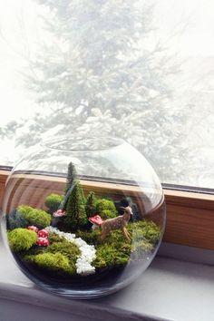 Чудесный флорариум со мхом и декоративными фигурками станет отличным новогодним декором