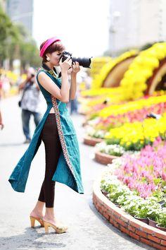 Diễm Châu duyên dáng với áo dài cách tân trên phố