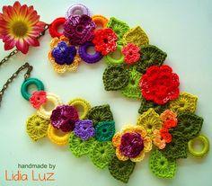 Flores en el collar de crochet