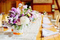 Tischdeko bei einer Hochzeit in einer Scheune <3 Foto: www.stefandeutsch.de