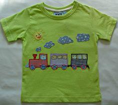Camiseta verde con tren de aplicaciones patchowork en diferentes colores.