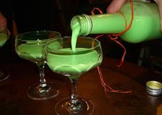 The right Halloween drink is this Phosphor Liqueur It looks incredibly nasty, but is delicious! Halloween Cocktails, Dessert Halloween, Halloween Snacks, Halloween Bebes, Happy Halloween, Halloween House, Party Drinks, Cocktail Drinks, Postres Halloween