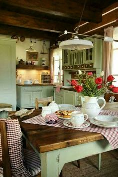 Over the years, many people have found a traditional country kitchen design is just what they desire so they feel more at home in their kitchen. Country Kitchen Farmhouse, Rustic Kitchen, Vintage Kitchen, Green Country Kitchen, English Cottage Kitchens, Vintage Farmhouse, Cozy Kitchen, Kitchen Dining, Kitchen Decor